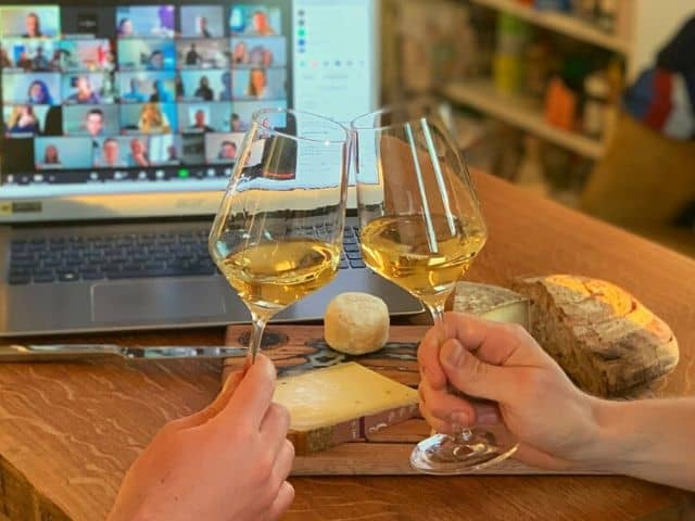 Online Wine Tasting anstossen